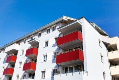 Wohnungshaus weiß rot