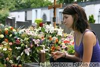 Frau mit Blumen, Gräber
