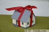 Haus mit roter Schleife