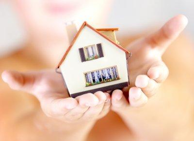 Haus in Händen halten