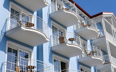 Investieren blaues Wohnhaus mit Balkonen